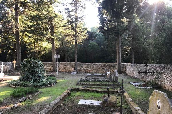 le petit cimetière communal de l'île sainte Marguerite dans lequel se trouve une partie des cendres de Florence Arthaud.