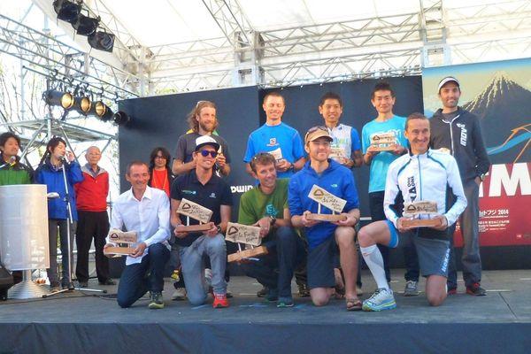 A gauche sur le podium, Antoine Guillon a terminé 4ème au Mont Fuji .
