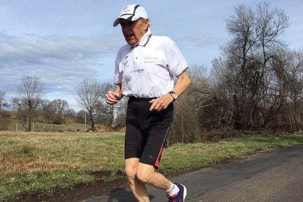 Le 14 avril prochain, Charles-François Bancarel sera sur la ligne de départ de la 43ème édition du Marathon de Paris. Parmi les 50 000 coureurs, ce Cantalien de 90 ans en sera le doyen.