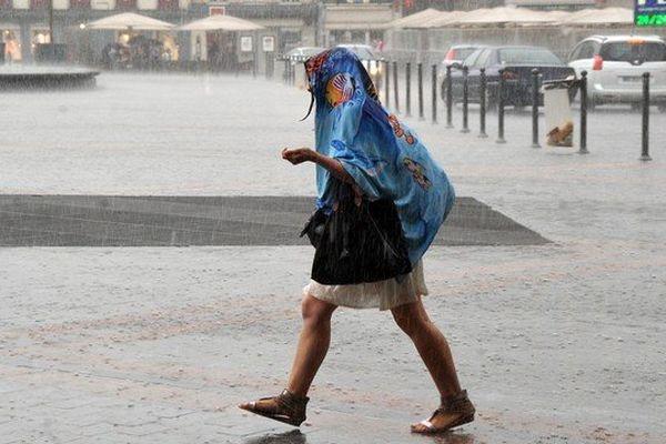 L'orage a frappé la métropole lilloise vendredi matin et samedi matin, comme ici sur la Grand Place de Lille.