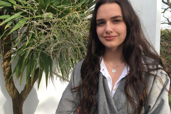 En 1ère ST2S à Saint-Brieuc dans les Côtes d'Armor, Lola Pierré a remporté le concours international de mannequin de l'agence Elite. Elle se voit donc offrir un an de contrat au sein de cette agence.