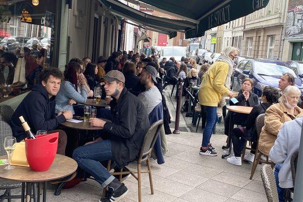 Toutes les tables sont prises en ce premier jour de déconfinement à Lille.