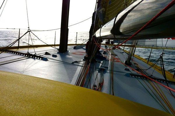 Le bateau de Bernard Stamm au large de l'île de Groix.