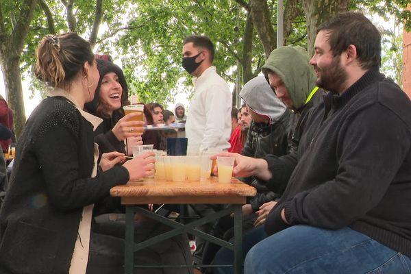 Réouverture des bars et restaurants mercredi 19 mai à Toulouse, les terrasses prises d'assaut par la jeunesse.