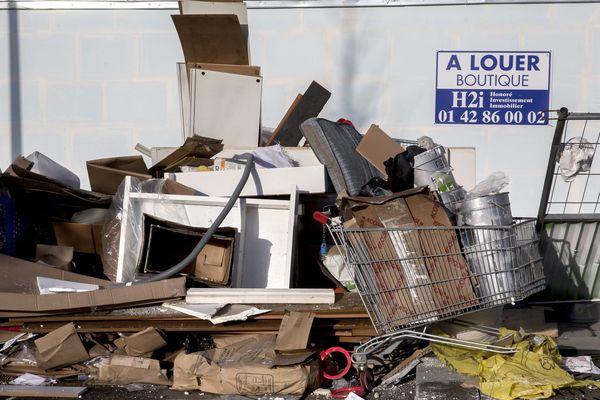 Pour lutter contre les dépôts sauvages d'encombrants, comme ici à Boulogne-Billancourt, la Métropole de Grenoble fait installer des déchetteries mobiles.