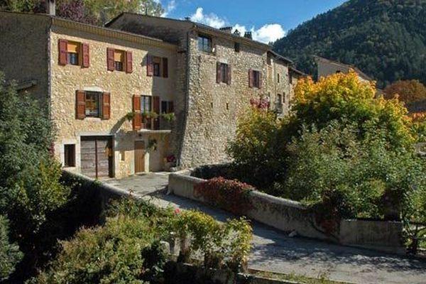 """Châtillon-en-Diois dans la Drôme, est un village de 500 habitants. """"C'est un village où il fait bon vivre, comme dans beaucoup de villages de nos campagnes. Mais il fait moins bon d'y être élu dans ces villages"""" Selon un de ses adjoints au maire."""