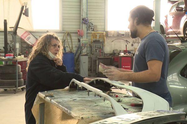 Denis et Véronique, sa patronne, dans le garage où il apprend le métier de carrossier