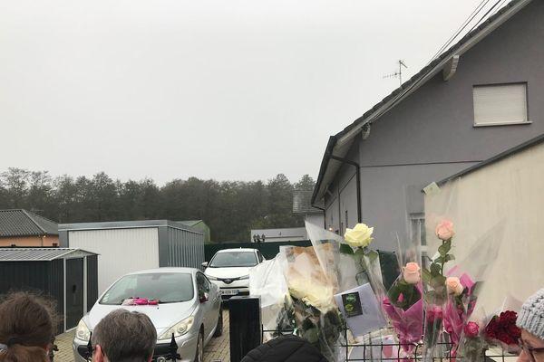 Des fleurs ont été déposées devant le domicile de Sylvia Auchter