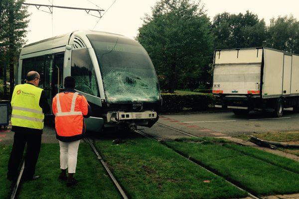 Le tramway a déraillé après avoir été percuté par un camion.