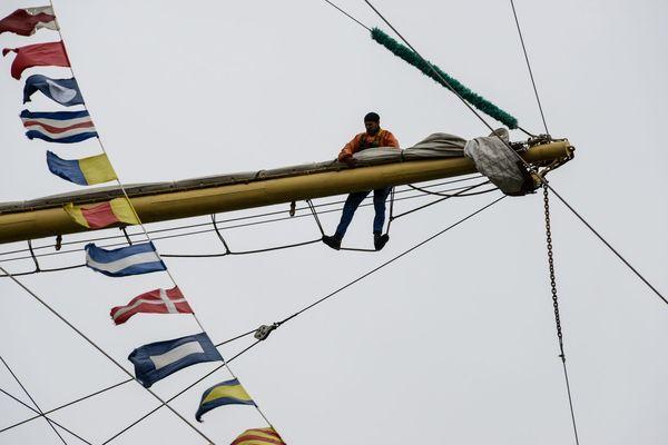 Les marins rangent les voiles