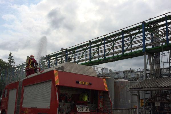 Les pompiers en intervention, lors d'un exercice sur le site de Sanofi à Vertolaye
