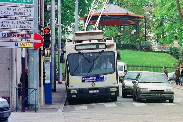 """Photo prise le 13 avril 2001 à Limoges d'un trolleybus dans une rue de la ville. Face au développement des réseaux de tramways dans de nombreuses villes de province, Limoges reste fidèle à ses trolleybus, exploités en parallèle avec des autobus """"classiques"""", et auxquels les Limougeauds sont très attachés, pour leur confort et leur silence."""