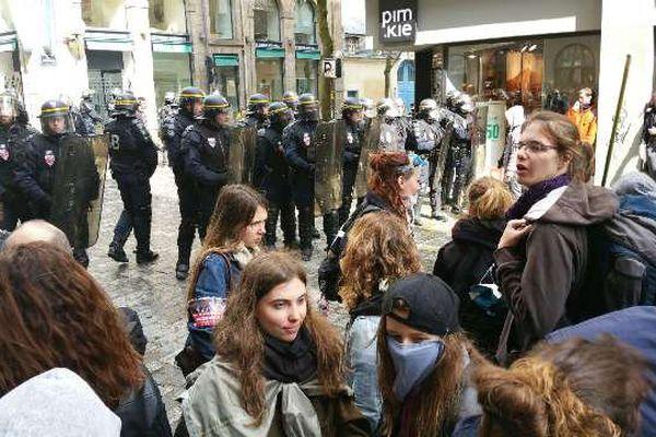 Rennes : les manifestants se rapprochent de la place de la mairie