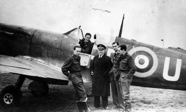 Philippe de Scitivaux dans le cockpit d'un Spitfire à Manston en octobre 1941. Devant l'avion de gauche à droite : Dupérier, Jullerot, Mouchotte et Choron.