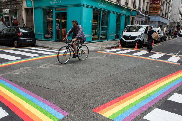 Les nouveaux passages piétons arc-en-ciel de Paris, installés dans le Marais en l'honneur de la Quinzaine des Fiertés LGBT+ 2018, par l'Inter-LGBT.