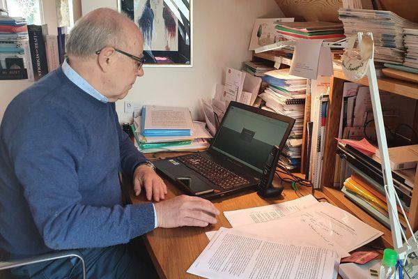 Pendant le confinement, le maire de Bourg-Lastic (Puy-de-Dôme) gère la plupart des affaires courantes de son domicile