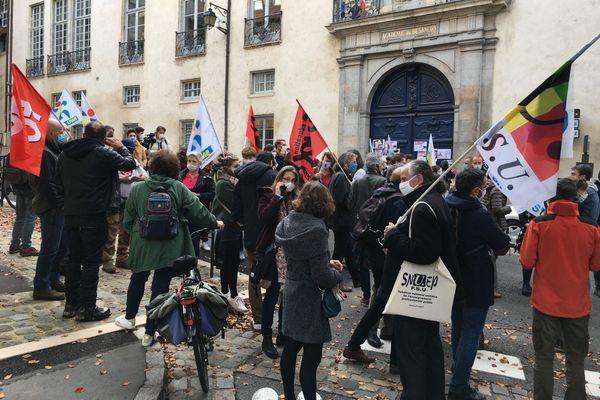 Les syndicats enseignants rassemblés devant le rectorat à Besançon.