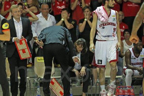 A la fin du troisième match de finale de ProA de basket opposant la Sig Strasbourg à Chalon sur Saône à Strasbourg hier soir,  Vincent Collet jette sa tablette au sol.
