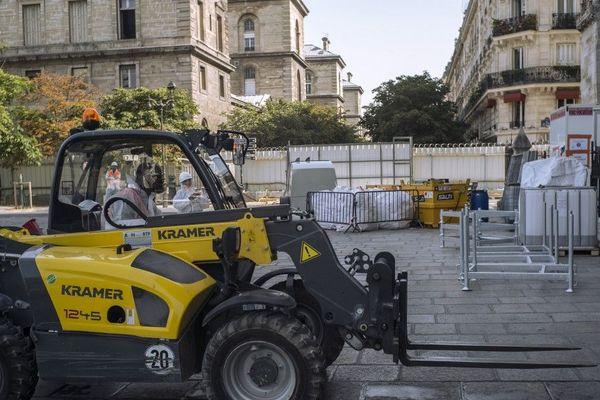 Contaminé au plomb, le parvis de Notre-Dame est fermé au public et seulement accessible aux ouvriers qui travaillent sur le monument, Paris 2019.