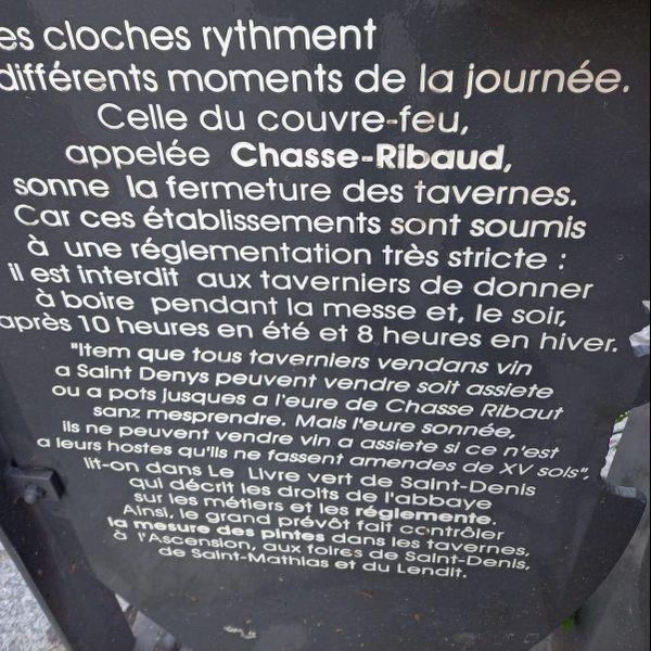 Les cloches rythment les différents moments de la journée. Celle du couvre-feu, appelée Chasse-Ribaud, sonne la fermeture des tavernes... Clin d'oeil à l'histoire d'aujourd'hui !