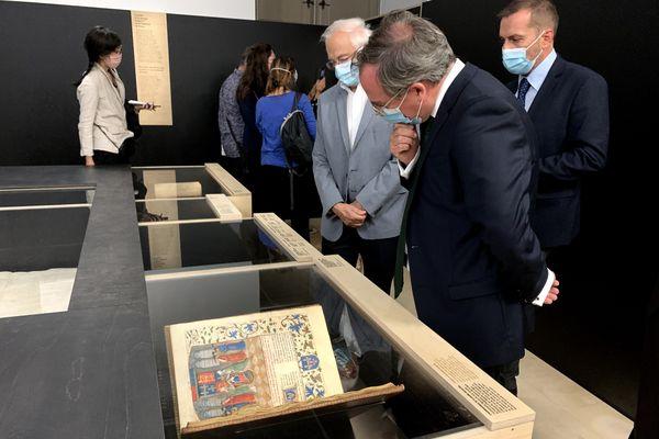 L'ambassadeur de Grande-Bretagne, attentif lors de la présentation de l'exposition.
