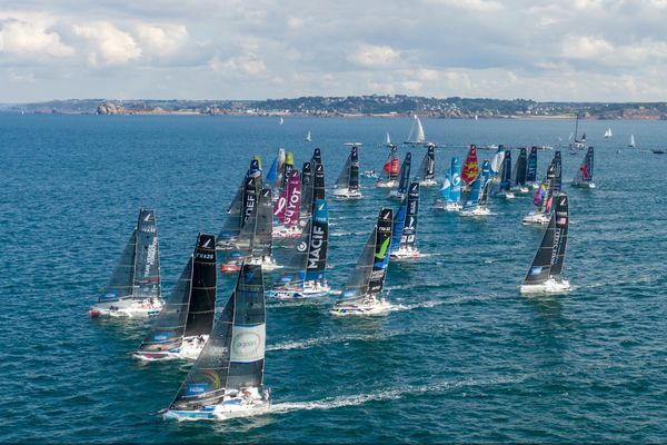 Les 34 skippers engagés dans la 52e Solitaire du Figaro ont pris le départ ce dimanche à 16h en baie de Morlaix