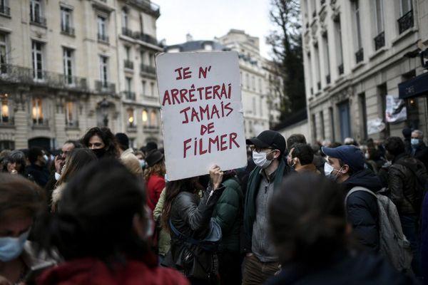Des manifestants contre la proposition de loi «sécurité globale» à Paris près de l'Assemblée nationale le 17 novembre 2020. AFP