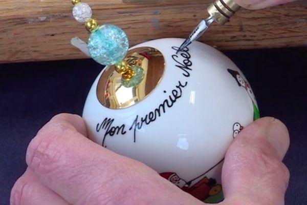 Cette boule de Noël en porcelaine peinte à la main reprend une tradition alsacienne que les artistes perpétuent depuis 30 ans