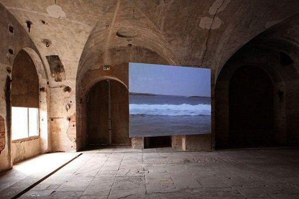 Performance filmée de Sigalit Landau sur une plage israélienne