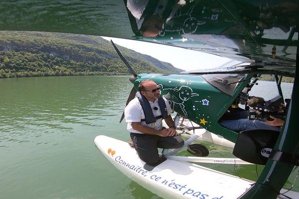 Gérald est un aviateur aux 3000 heures de vol, croyez-moi, c'est déjà un joli carnet de vol. En 2010 il a créé Gemilis, une entreprise basée sur l'aérodrome de Bourg-en-Bresse, dans l'Ain.
