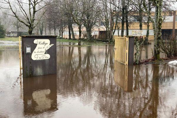 Lundi 1er février, le collège Jean de La Fontaine de Vic-sur-Cère a été évacué en raison de la montée des eaux.