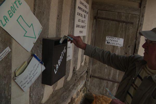 Au drive fermier du manoir de Bellou, pas de vendeur ou de caissier. C'est le client qui laisse son argent dans la boite.
