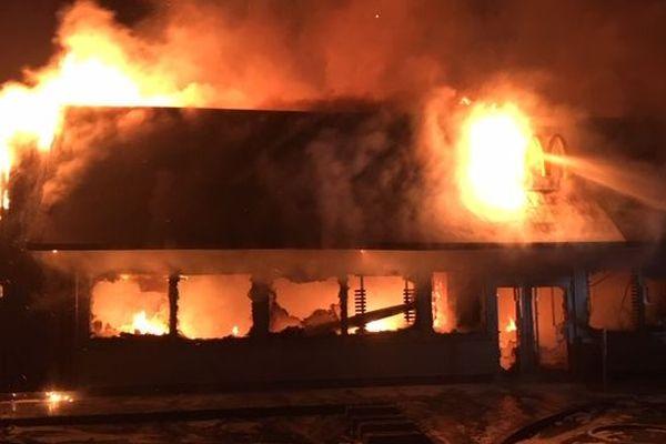 Les flammes ont très gravement endommagé le restaurant.