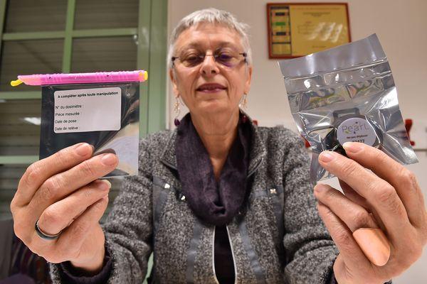 Françoise Mesle de l'association UFC que Choisir présente des détecteurs de gaz de radon - février 2018