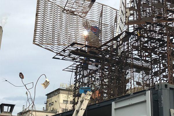 """Daniel Depoutot en pleine création de son oeuvre intitulée """"Eros et tétanos"""", pour l'exposition """"l'Industrie magnifique"""""""