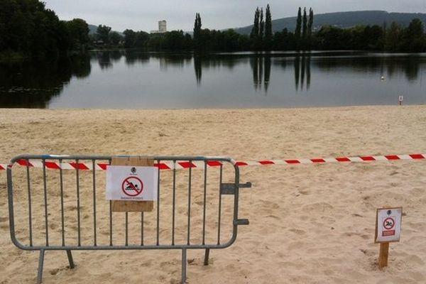 Des panneaux signalent l'interdiction de baignade.