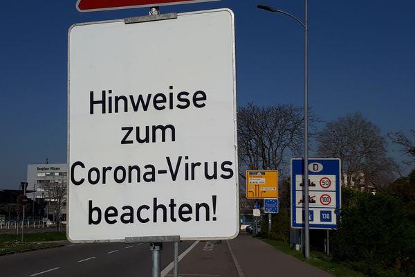 Panneaux mettant en garde les automobilistes sur les règles à respecter en entrant sur le territoire allemand, mars 2020