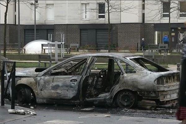 Selon un bilan provisoire, une dizaine de véhicules ont été incendiés ainsi que plusieurs poubelles, a indiqué une source policière.