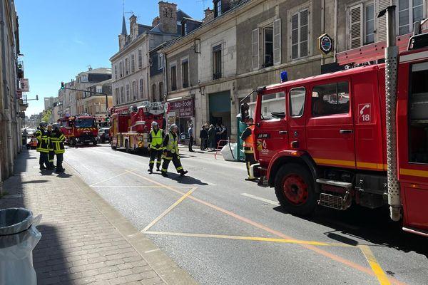 Les pompiers sont en train de sécuriser le secteur à l'angle de la rue Jacquart et de l'avenue Jean Jaurès à Reims.