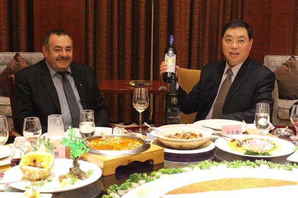 Patrice Gausserand (à gauche en mars 2017) a fait du Festival des lanternes et des liens noués avec la Chine un axe fort de sa politique municipale.