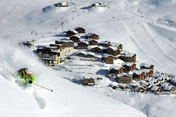 Un skieur au-dessus de la station des Menuires en Savoie.