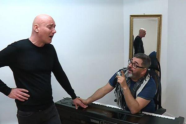 Depuis trois ans, François Libner (à gauche) prend des cours de chant avec le célèbre coach vocal, Pierre-Yves Duchesne.