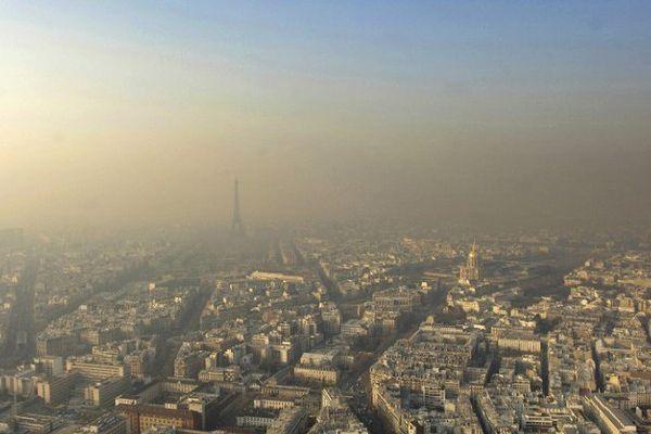 La Tour eiffel dans la pollution parisienne