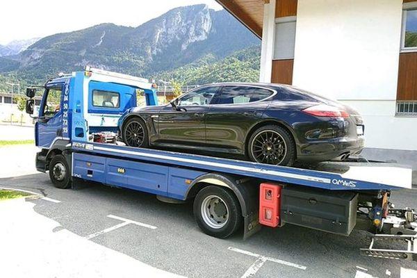 Voiture du conducteur interpellé à 199 km/h sur l'autoroute A40. La photo a été publiée sur Twitter par la gendarmerie de la Haute-Savoie.