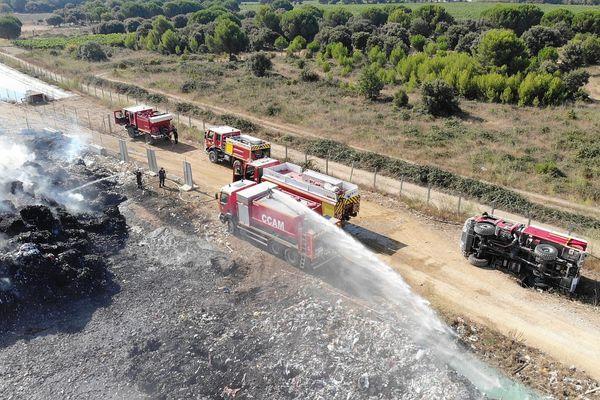 A droite de la photo, le camion des sapeurs pompiers 34 qui s'est retourné pendant les opérations.