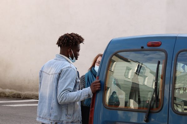 Extrait d'un épisode. Discussion entre l'éducatrice Laurence Faure et le jeune mineur non accompagné qu'elle suit depuis maintenant quelques mois, devant l'hôtel avant son départ.