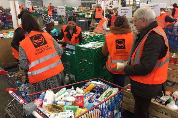 Banque alimentaire : le tri des denrées par les bénévoles à Bruz (35)