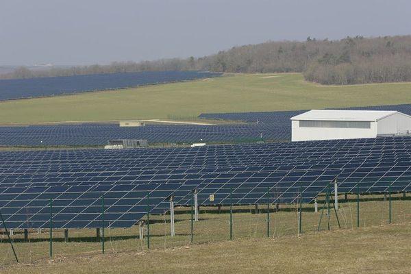 Avec ses 700 000 panneaux photovoltaïques, la centrale solaire de Massangis est l'une des plus importantes de France.