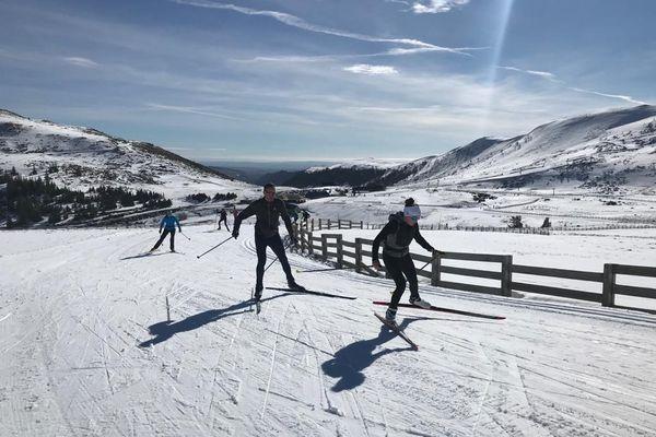 A plus de 1400 mètres d'altitude, un grand soleil accueille les skieurs de fond au col de Brat-de-Bouc (Cantal).
