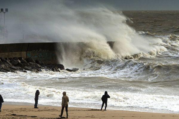 Ne pas s'approcher du littoral et rester prudents sur la route !